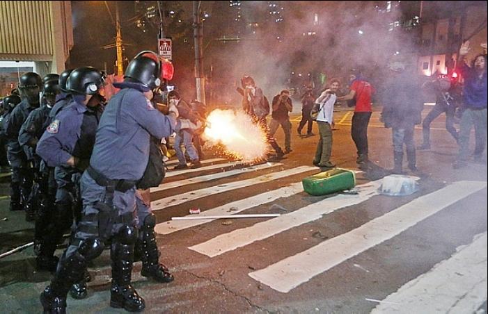 Policiais atiram em manifestantes com braços levantados e a 5 metros de distância